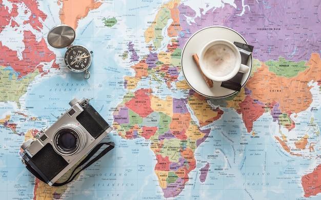 Ache seu caminho. planeje e divirta-se criando sua rota. fundo de conceito de aventura, descoberta, navegação, comunicação, logística, geografia, transporte e viagens.