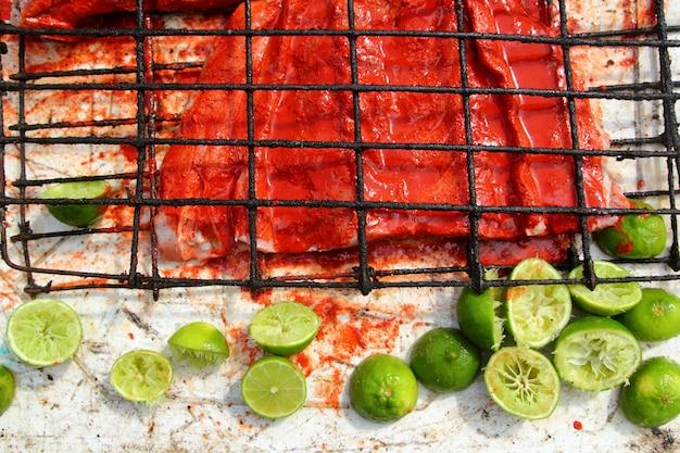 Achiote e limão tikinchick molho filé de peixe grelhado