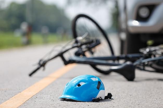 Acidente acidente de carro com bicicleta na estrada