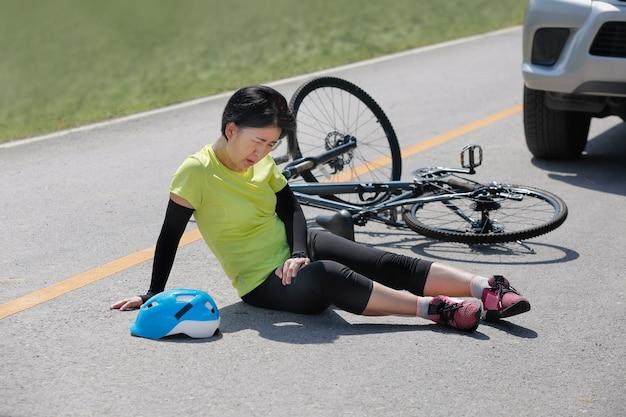 Acidente acidente de carro com bicicleta na estrada Foto Premium