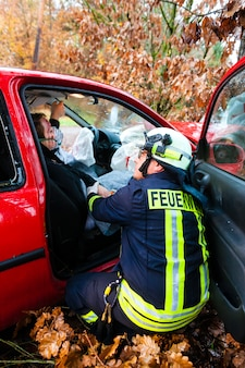 Acidente, corpo de bombeiros resgata vítima de acidente de carro