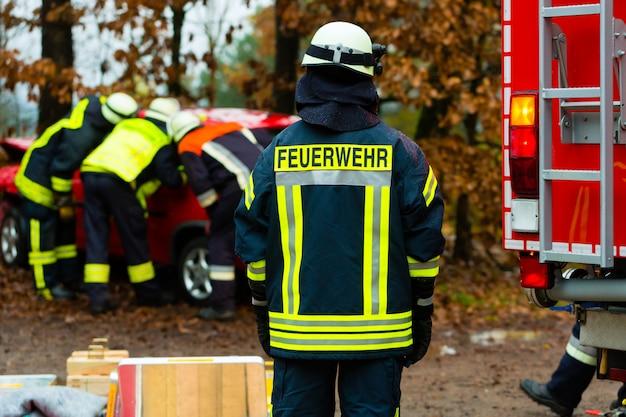 Acidente, corpo de bombeiros resgata vítima de carro