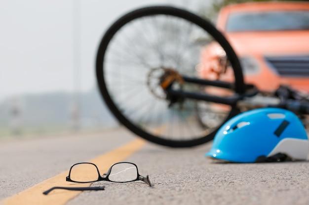 Acidente de acidente de carro com bicicleta na estrada por estar dirigindo bêbado