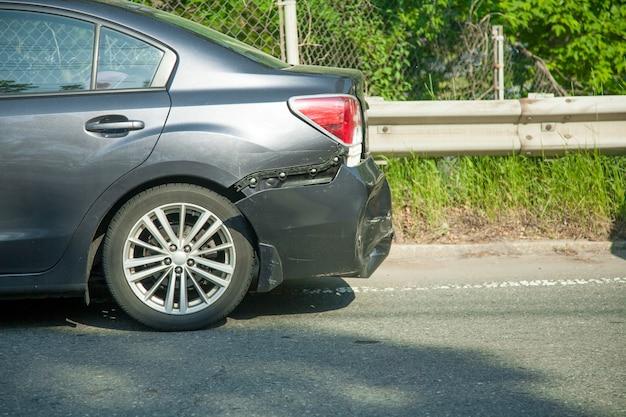 Acidente de acidente de carro na rua espera por seguro.