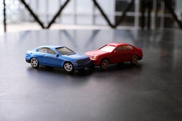 Acidente de acidente de carros de brinquedo. simulação carro vermelho e azul