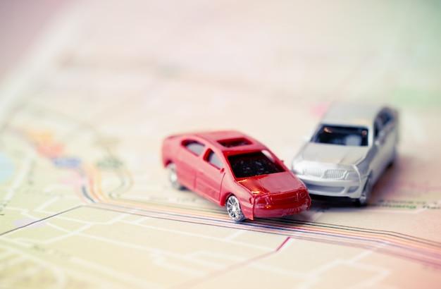 Acidente de acidente de dois carros em miniatura na estrada