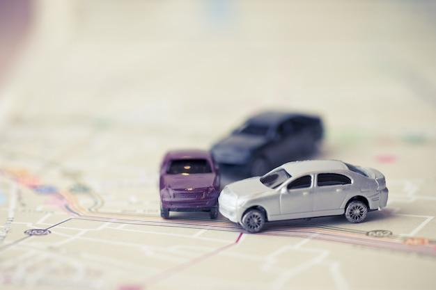 Acidente de acidente de três carros em miniatura na estrada