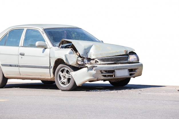 Acidente de acidente de viação na rua, automóveis danificados após colisão na cidade