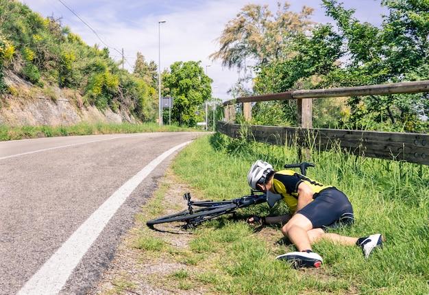 Acidente de bicicleta na estrada - motociclista em problemas