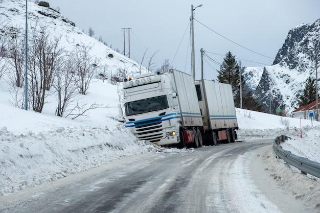 Acidente de caminhão de reboque escorregadio no pavimento de neve