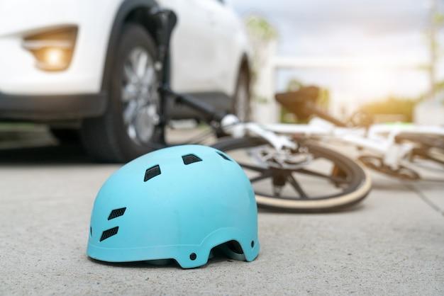 Acidente de carro acidente com bicicleta na estrada