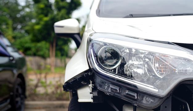 Acidente de carro danificado na estrada