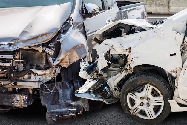Acidente de carro danificado por acidente na estrada