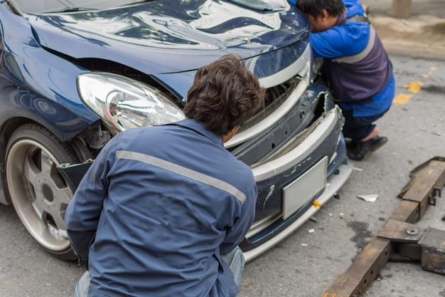 Acidente de carro de acidente de carro na estrada em uma cidade