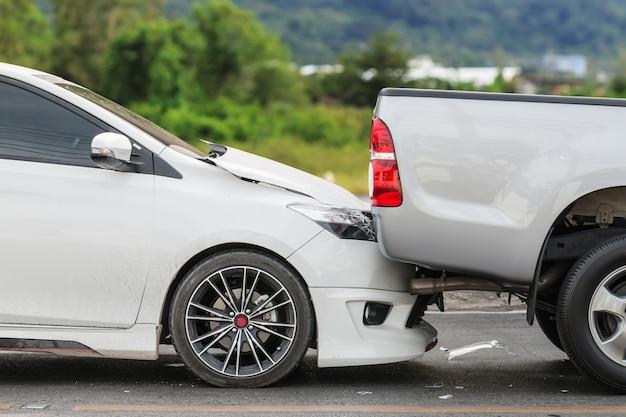 Acidente de carro envolvendo dois carros na rua
