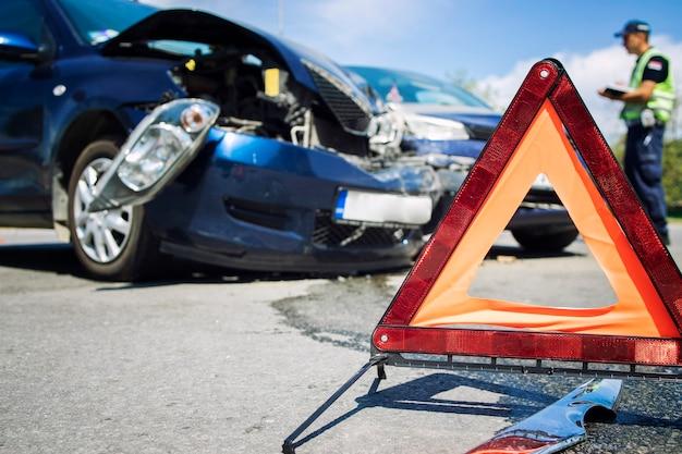 Acidente de carro na estrada sendo sinalizado