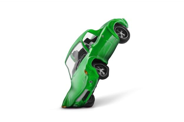 Acidente de carro verde com cena de dano