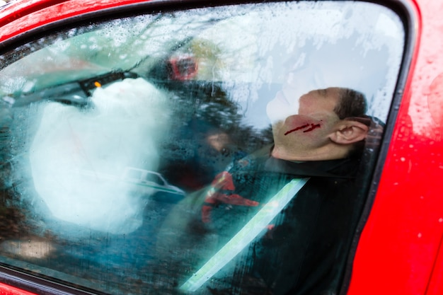 Acidente de carro, victima caiu veículo