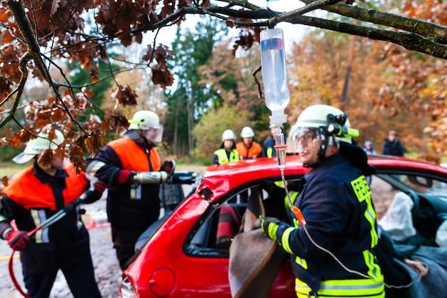 Acidente - resgate de brigada de incêndio vítima de um acidente de carro