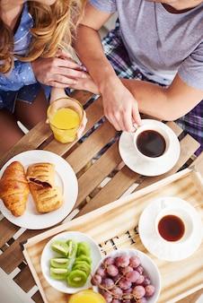 Acima da foto do casal durante o café da manhã