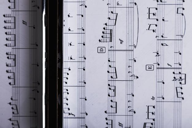 Acima da harmônica na partitura