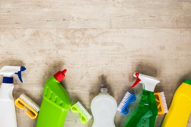 Acima da moldura com itens de limpeza e espaço para cópia