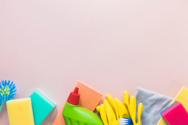 Acima da moldura com material de limpeza e espaço para cópia