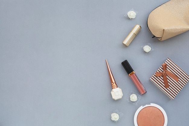 Acima da moldura com produtos de beleza facial