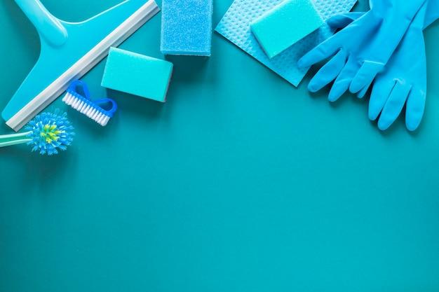 Acima da moldura com produtos de limpeza azuis
