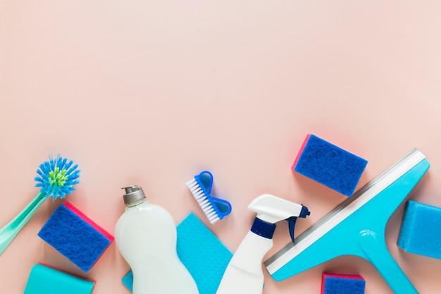 Acima da moldura com produtos de limpeza e espaço para texto