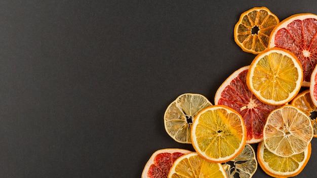 Acima da moldura da vista com fatias de citros e cópia-espaço