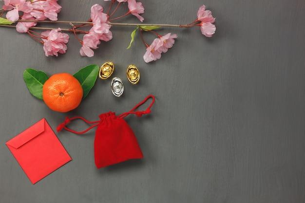 Acima da vista da decoração superior feliz conceito de fundo do ano novo chinês.mix variedade de itens essenciais no papelão vermelho rústico moderno.acesso necessário para o festival. espaço livre para design criativo.