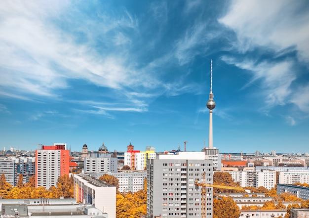 Acima da vista do leste de berlim, incluindo casas e torre de televisão na alexanderplatz