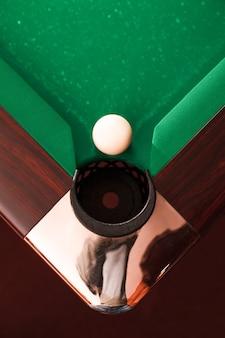 Acima da vista na bola de bilhar em frente a um bolso.
