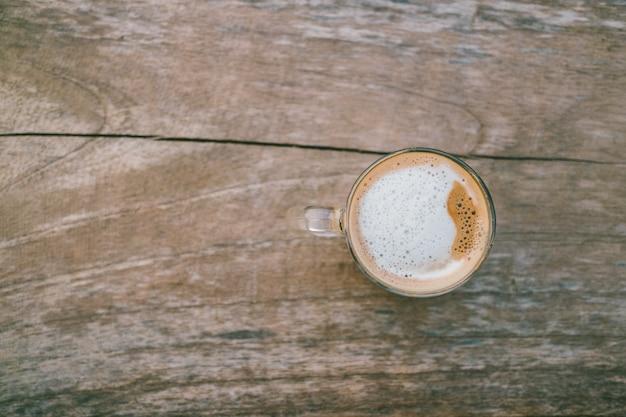 Acima da vista superior do fundo de madeira de café quente