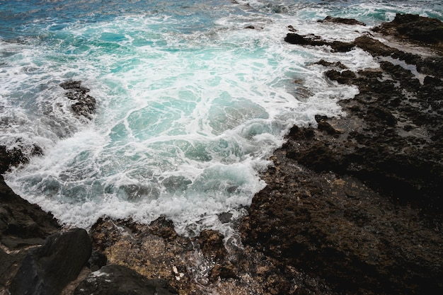 Acima de ver as ondas na costa rochosa