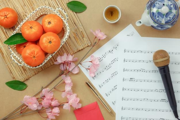 Acima de ver o ano novo chinês e lunar com fundo de conceito de notas de música. espaço de cópia para texto de design criativo ou fonte. objetos de diferença na moderna mesa de escritório de madeira marrom rústica em casa.