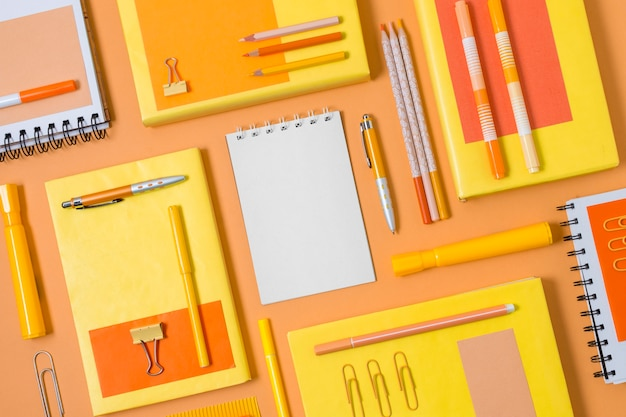 Acima, envelopes e disposição de canetas