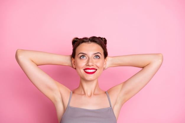 Acima, foto de visão de alto ângulo de uma garota encantadora mentir aproveite a recreação de verão olhar copyspace usar roupas estilo casual isoladas sobre cor pastel