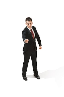 Acima, retrato frontal de um empresário com cara muito séria.