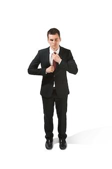 Acima, retrato frontal do empresário com cara séria. profissional confiante com olhar penetrante em primeiro plano da câmera. diplomata em fundo branco do estúdio.