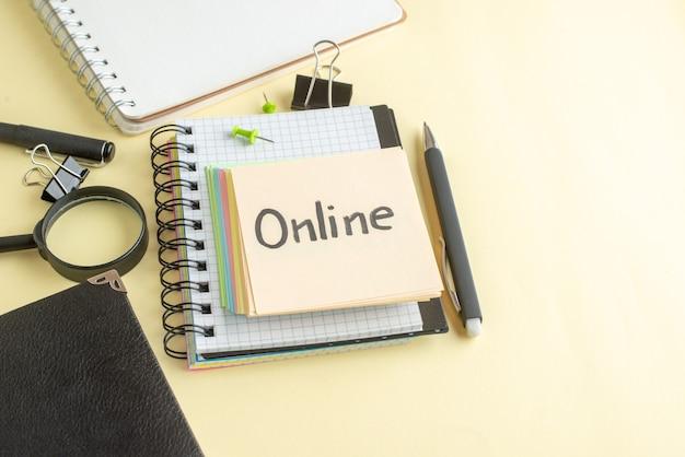Acima veja nota escrita online junto com pequenas notas de papel coloridas sobre fundo claro