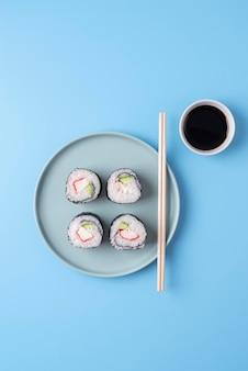 Acima, veja o saboroso sushi e o molho de soja