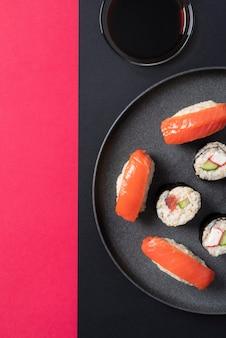 Acima, veja um delicioso sushi no prato