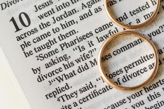 Acima vista alianças de casamento