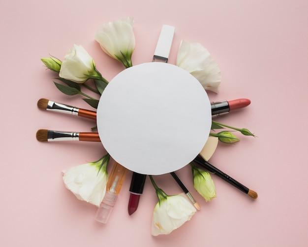 Acima vista arranjo circular com maquiagem e flores