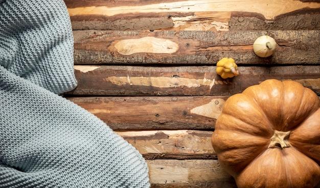 Acima vista arranjo com abóboras e cobertor