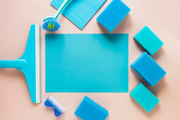 Acima vista arranjo com esponjas azuis sobre fundo rosa