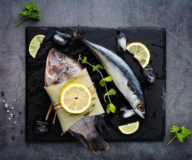 Acima vista arranjo com frutos do mar e limões