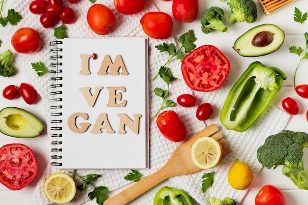 Acima vista arranjo com legumes e notebook